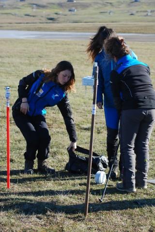 Un momento del posizionamento dei sensori (Svalbard. Luglio 2016)